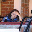 simpatična policistka se je osamljena dolgočasila pri sosednji mizi, domnevno med delovnim