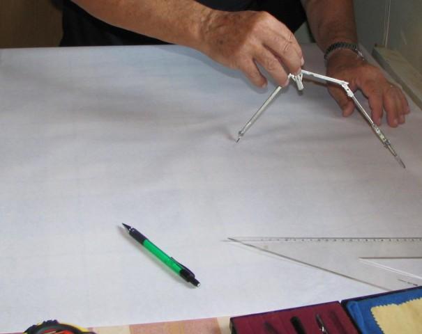 Na papir nariše obliko prtička po merah, ki so seveda približne.