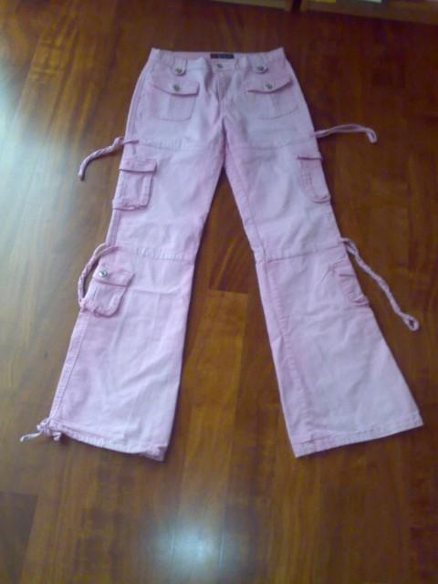 Kavbojke roza barve s precej žepi, lepo ohranjene, okvirna cena: 15€