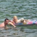 in že smo vsi v vodi, no nekateri so raje na blazini