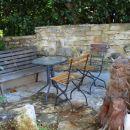 samostojni del v vrtu, urejen kot terasa