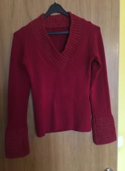 Dolg pulover s pletenim ovratnikom in konci rokavov
