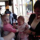 teta Nataša (Tomaževa sestra), njena drugorojenka Manca ter Nika z mami v slaščičarni
