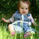 prvič sedim v travi in se tak čudno počutim
