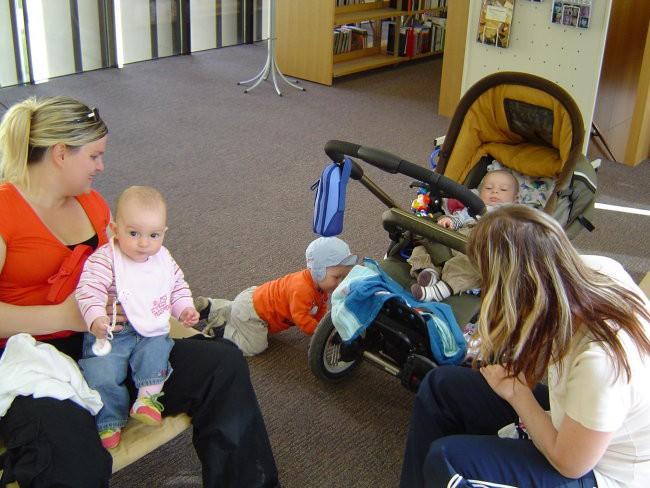 Z leve..Nuša, Žiga popravlja voziček Marku :)