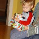 Potrkal je Miklavz in v moji sobi se je znasla vrecka z darili ... ampak Miklavz me je pa