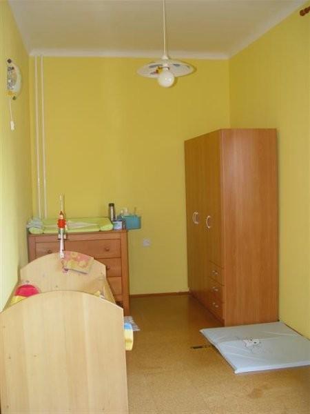 Prva postavitev sobice ... tukaj ima se staro posteljico, ki pa jo je ze zamenjala nova in