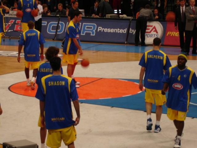 Kosarkarji Maccabija se ogrevajo