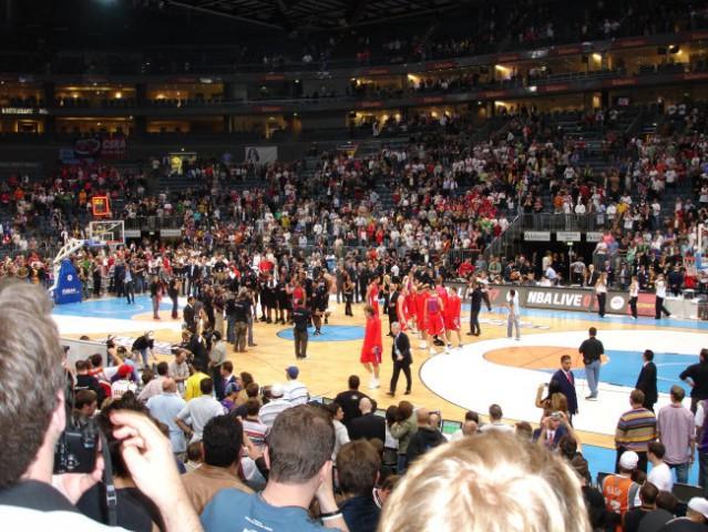Konec tekme CSKA vs. 76´ers - lov na spominke se zacenja