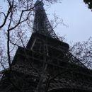 Eifflov stolp od spodaj - impresivnih dobrih 300m visine ...