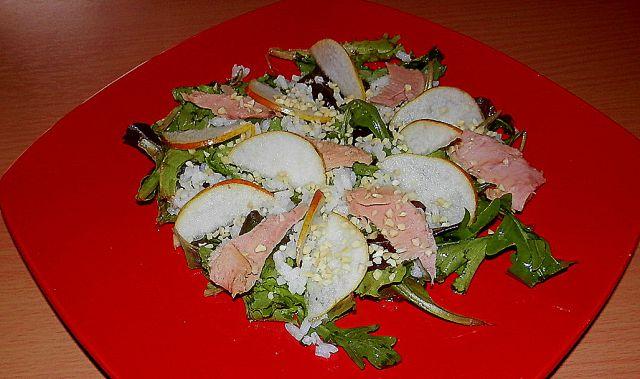 Osvežilna solata s hruško in tuno