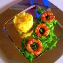 krompirjeva solata in čebulni obročki