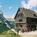 Vodnikov dom na Velem polju, v ozadju Mišelj vrh