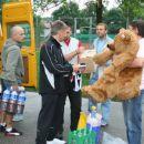 Slika ki so jo posneli oni pred  štartom .To je tudi njihova uradna maskota :)) Medvedek .