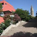 Še stopnišče ki gre proti vrhu in zopet znova lepo urejena okolica.