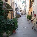 Sicer je pa baje Piran edino mesto na naši obali ,kjer imajo stavbe in ulice še vedno prvo
