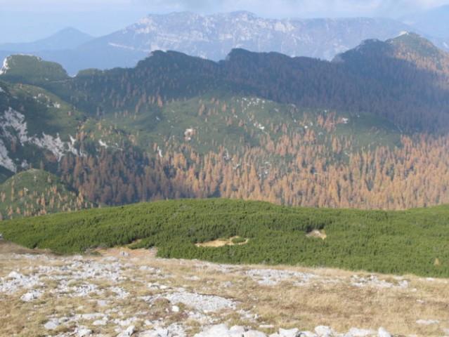 Pogled na začetni del poti od Križevnika čez greben proti Poljskim devicam in dalje