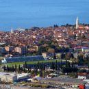 IZOLA, spredaj nogometno igrišče in pokopališče