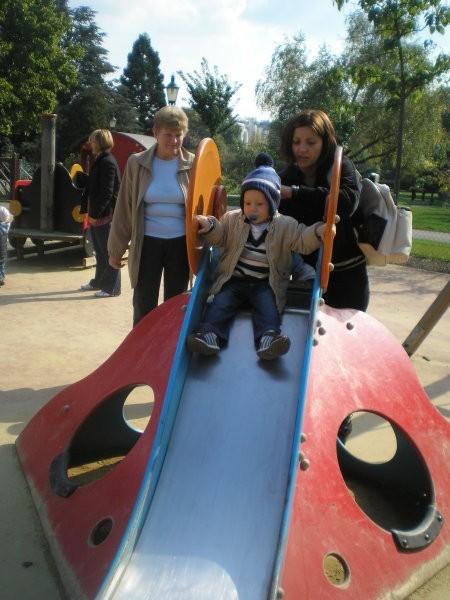 Gal se spušča po toboganu-zdraven Tanja in Andrejova teta Rozina