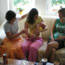 Pomagan naši Špelci Gala držat, Barbara pa sam opazuje