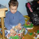 Odpira darila, katera mu je prinesel Božiček