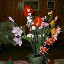 šopek različnega kvačkanega cvetja